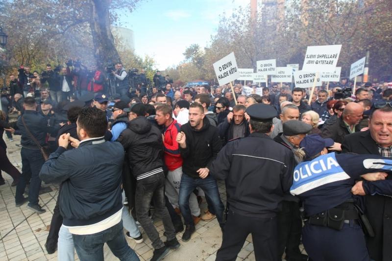 Policia shantazhoi protestuesit, Opozita e Bashkuar del në një deklaratë: Iku koha e kërcënimeve