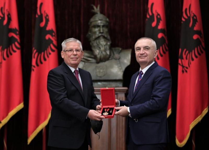 """Presidenti Meta dekoron me titullin """"Mjeshtër i madh"""" Agim Duron"""
