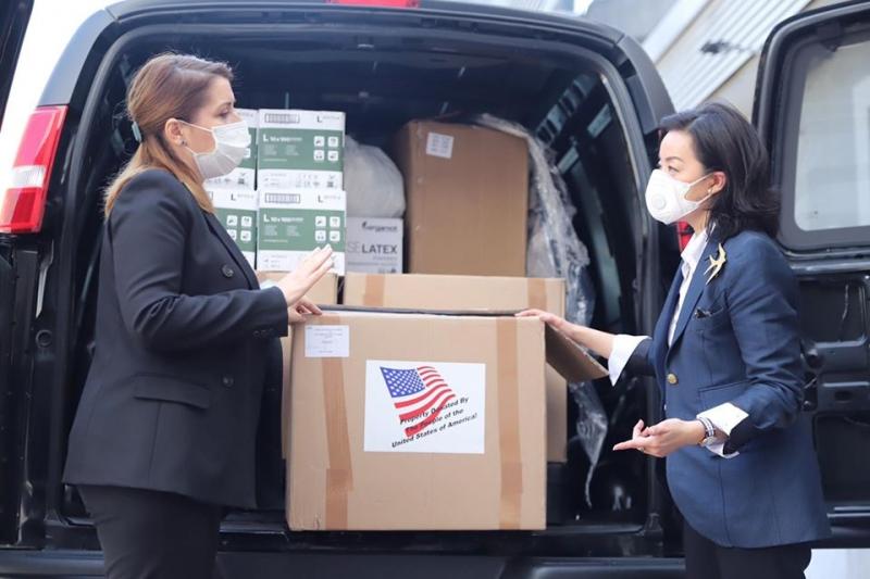 Ambasadorja e SHBA, Yuri Kim dhuron ndihmat për mjekët shqiptarë