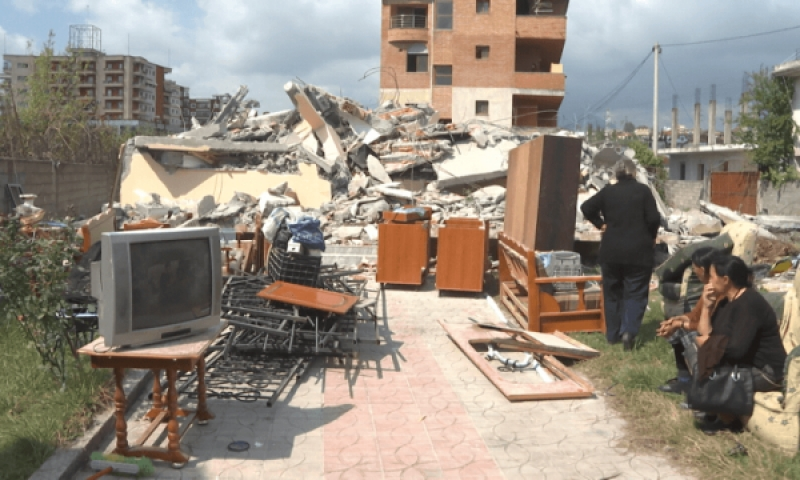 VIDEO dramatike/ Berisha: Njerëzit zbardhin natën në rrënojat e banesave që ua prishën barbarët