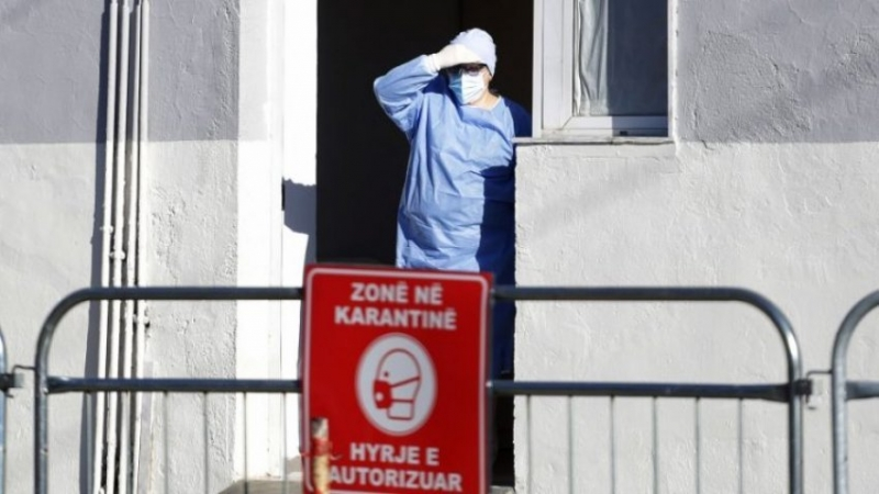 SKANDALI/ Pacienti me Covid vdes dhe grabitet brenda spitalit, i marrin paratë nga portofoli