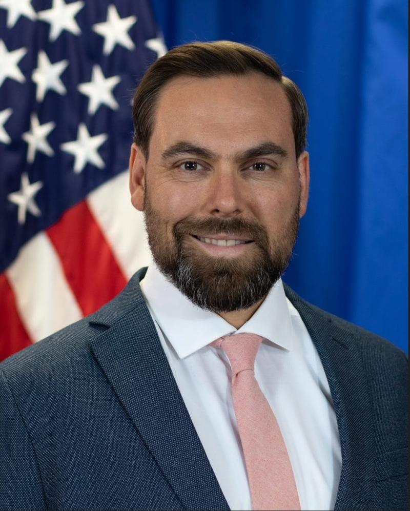 """""""Flet shqip"""". Ambasada amerikane prezanton zëvendësambasadorin e ri në Tiranë"""
