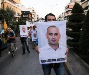 """Gazeta prestigjoze greke """"VICE"""" i kushton shkrim lezhjanit Pëllumb Matrnikollaj, në 4-vjetroin e vrasjes së tij, në komisariatin e policisë greke."""