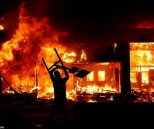 Protestuesit djegin edhe selinë e CNN
