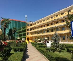 """E rëndë në Tiranë, 29-vjeçari me COVID-19 hidhet nga kati i tretë i spitalit """"Shefqet Ndroqi"""", humb jetën"""