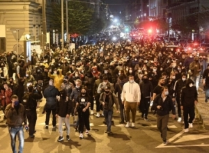 """""""S'po na vret Covid-i, por ju!"""", Napoli në 'këmbë', mijëra të rinj përplasen me policinë pas masave shtrënguese"""